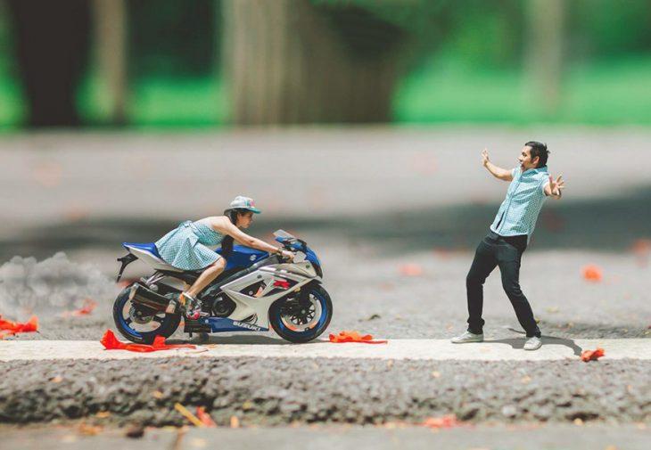 pareja en escenario miniatura con motocicleta