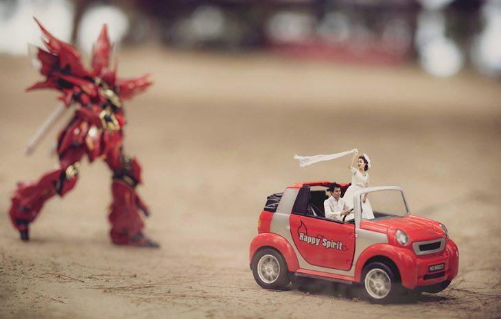 pareja en escenario miniatura coche rojo y super heroe
