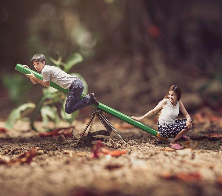pareja en escenario miniatura en resbaladero y lapiz
