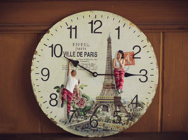 hombre y mujer sobre las manecillas del reloj