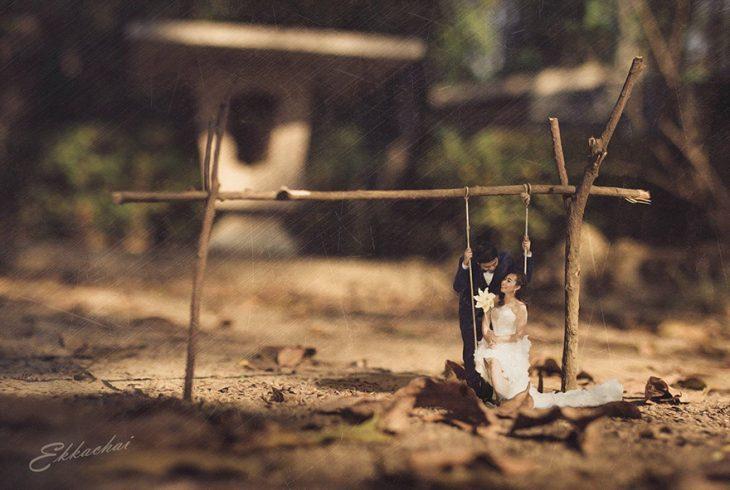pareja en escenario miniatura en columpio