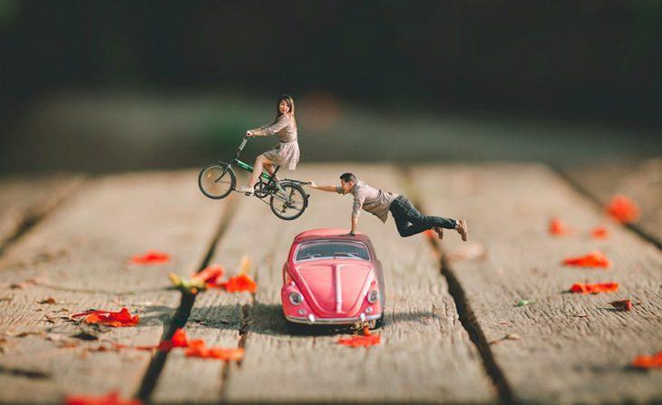 pareja en escenario miniatura coche rosa y bicicleta