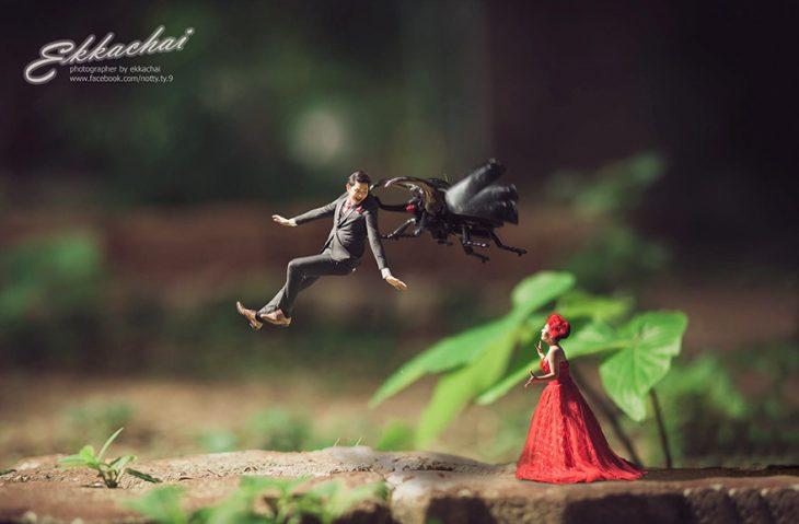 pareja en escenario miniatura bicho escarabajo y vestido rojo