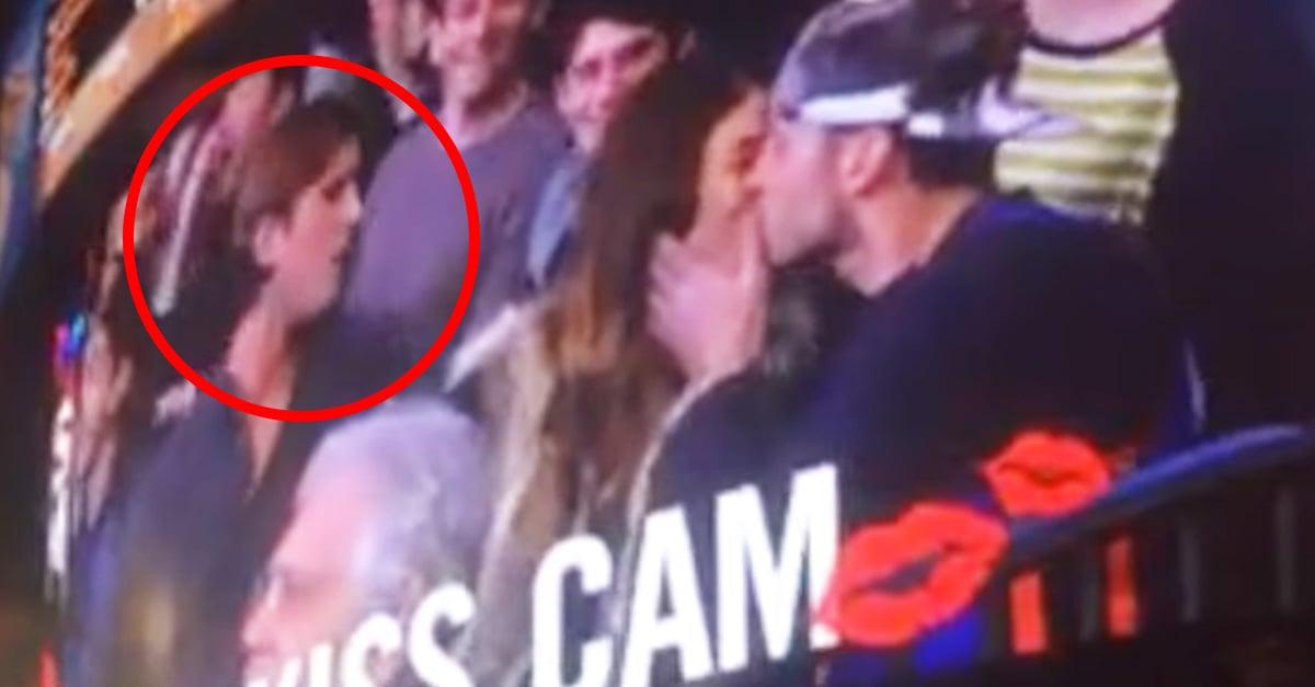 Mujer besa a otro hombre en la Kiss camara, después de que su novio la ignora