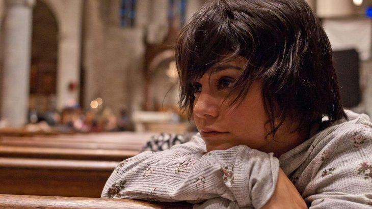 mujer de cabello corto pensando en una iglesia