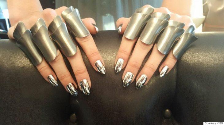dedos de mujer con uñas de espejo