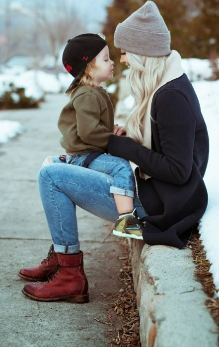 Mamá cargando a niño.