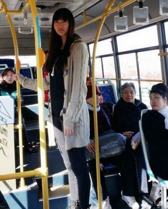 Mujer alta en un autobús.
