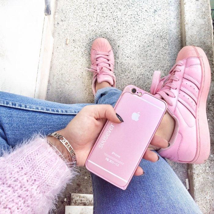 pies de mujer con tenis adidas superstar rosa