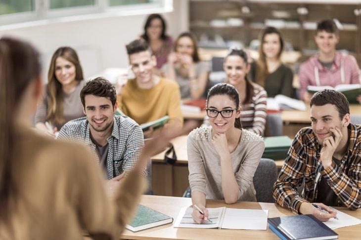 Grupo de alumnos en un salón de clase.