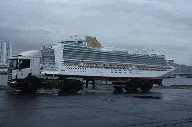 trailer pasando frente a un crucero