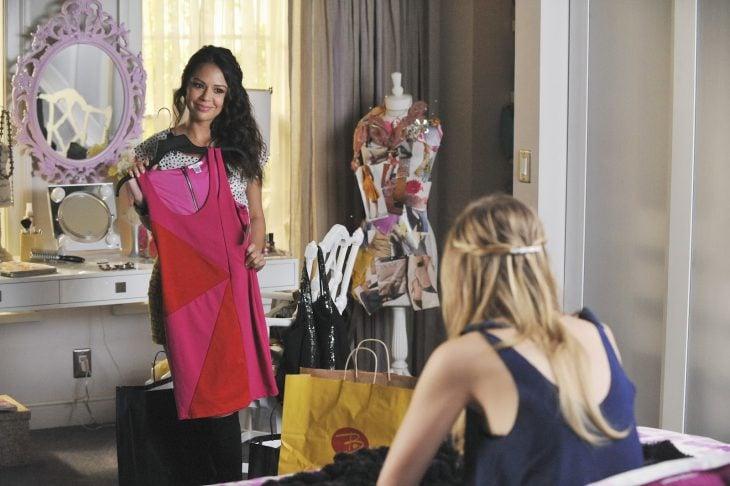 Chica probándose un vestido frente a su amiga