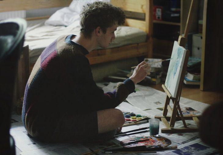 Chico pintando