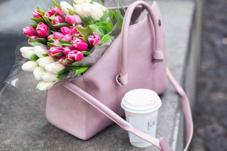 Bolsa con flores de regalo