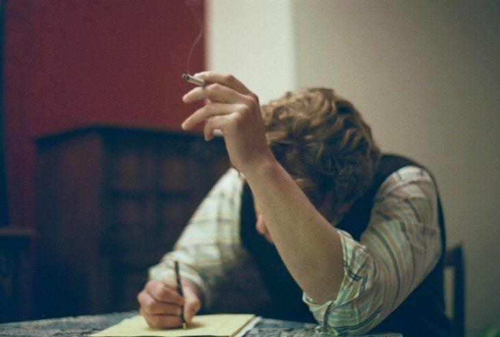Chico escribiendo una carta