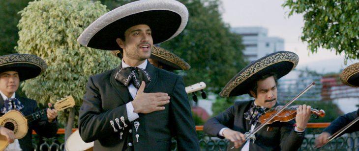 Chico llevando serenata con mariachi