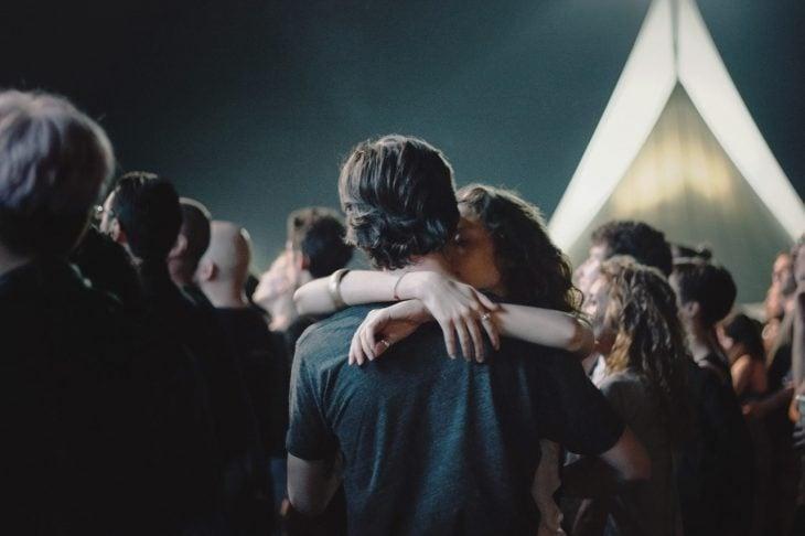 Pareja abrazada en un concierto