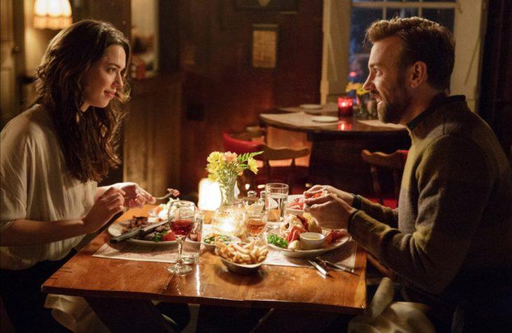 Pareja platicando en cena romántica
