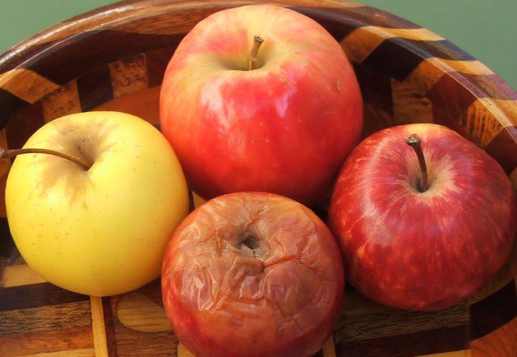 cuatro manzanas y una manzana podrida