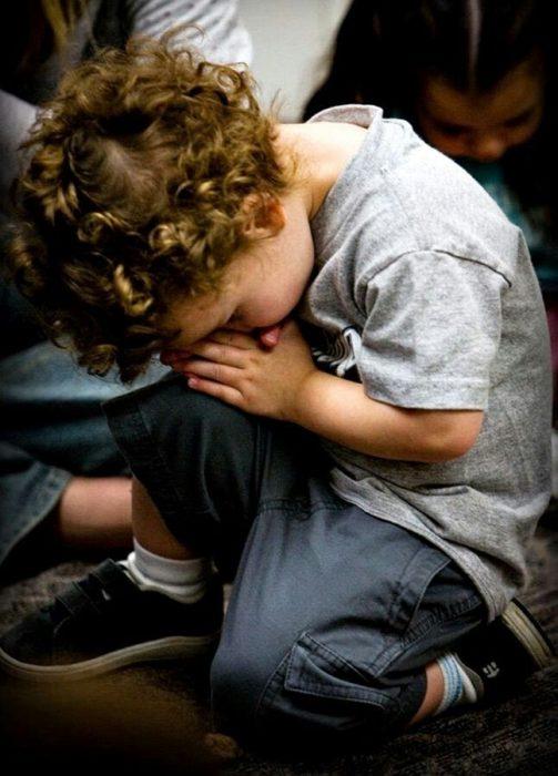 Niño orando.