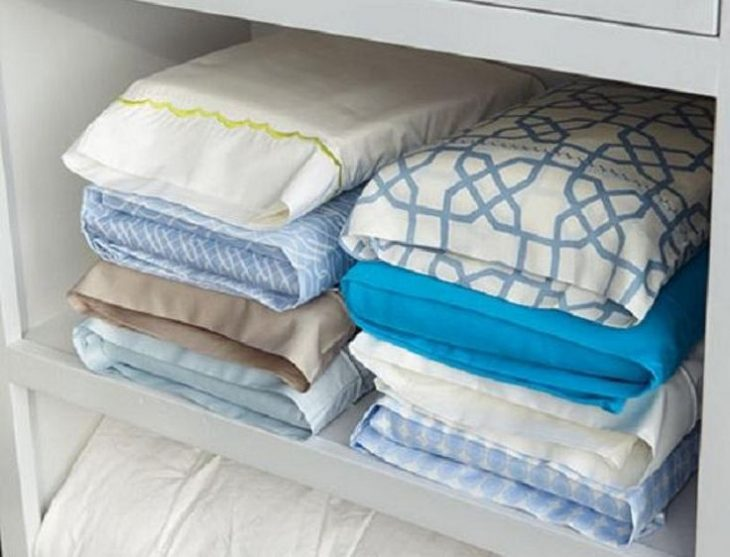 Sábanas organizadas en almohadas.