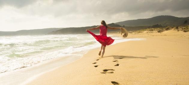 Joven corriendo en la playa
