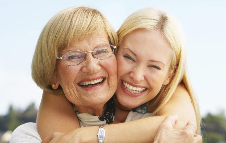 Abrazando a la abuela.