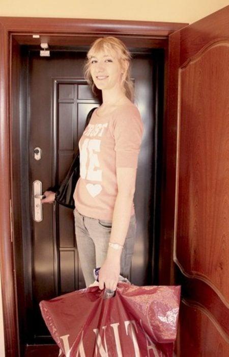 Chica del tamaño de una puerta.