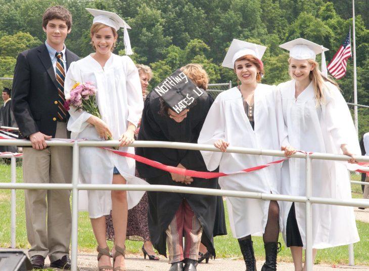 grupo de jovenes en su graduacion con toga y birrete