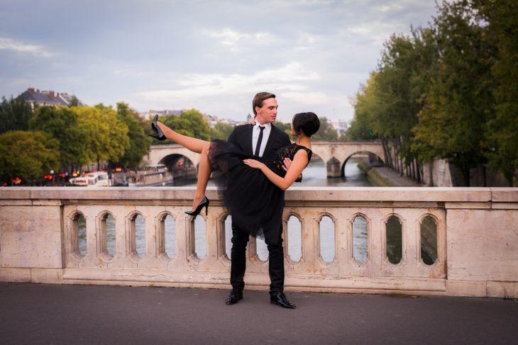 Hombre cargando a una mujer en sus brazos.