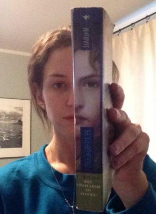 Mujer con libro en su mano y se forma su cara