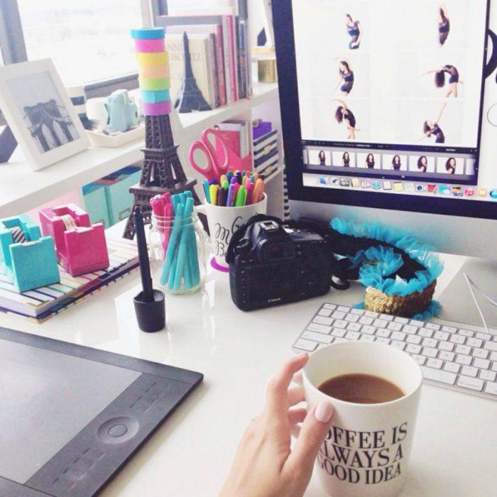 computadora torre eifel y taza de café