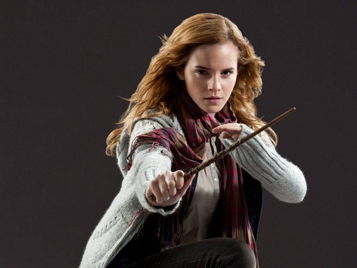 mujer rubia con varita en la mano hermione