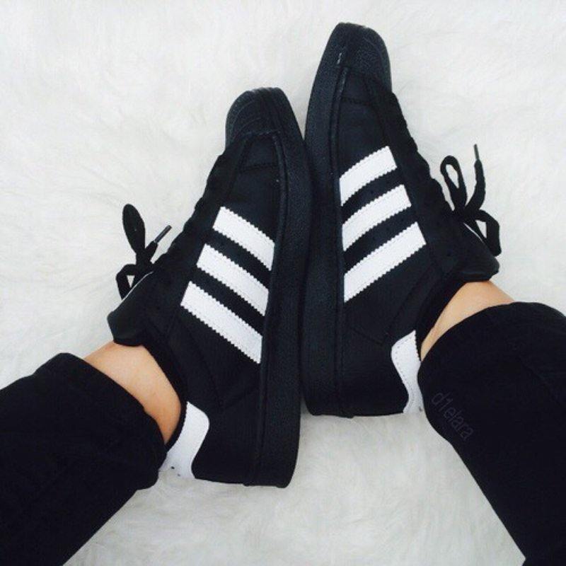 timeless design 4c88a e5693 pies de mujer con tenis adidas superstar negro