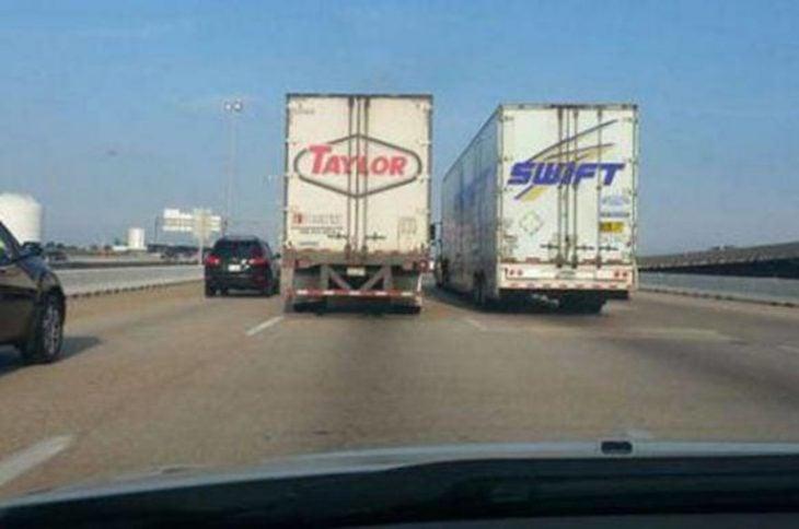 dos trailer desde atrás con nombres Taylor Swift