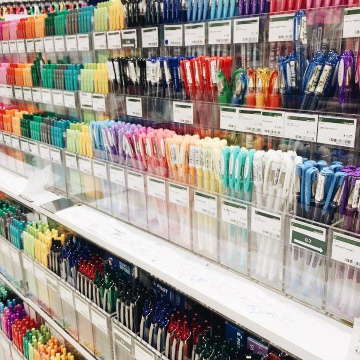 papeleria con plumas de muchos colores diferentes