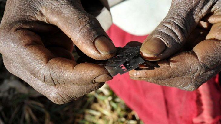 manos de mujer africana con navaja de afeitar