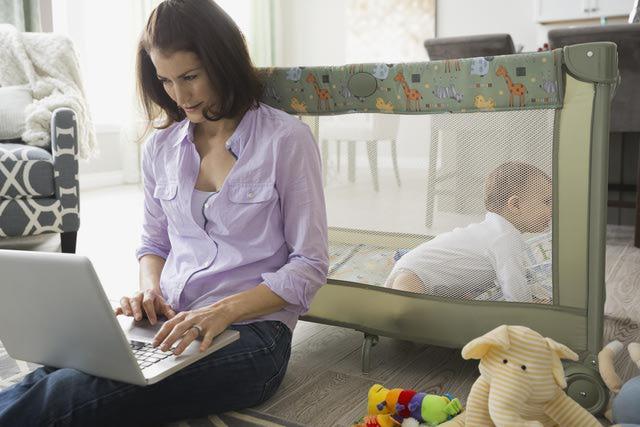 Mamá trabajando en la computadora.