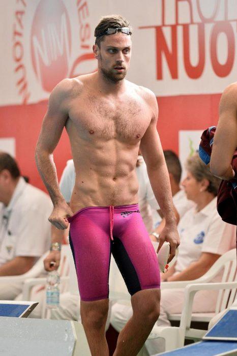 hombre musculoso atleta con traje de baño rosa
