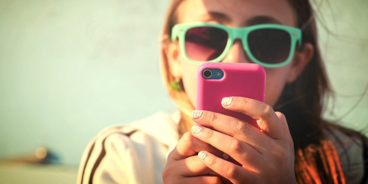 chica escribiendo mensaje de texto
