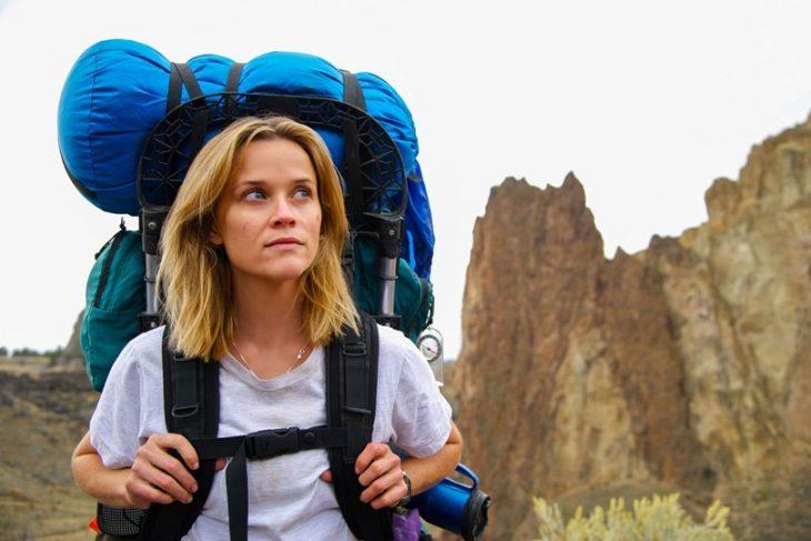 mujer con mochila en la espalda caminando