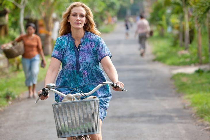 mujer paseando en bicicleta