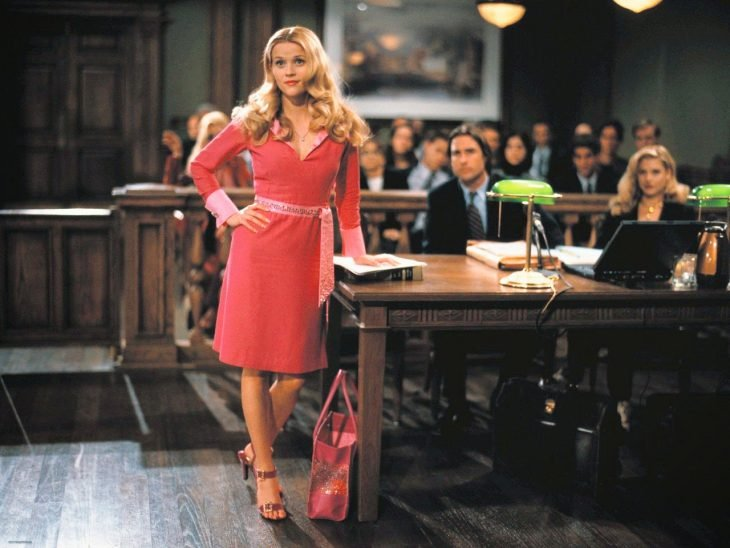 abogada en tribunal vestida de rosa