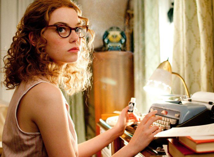 chica escribiendo a máquina