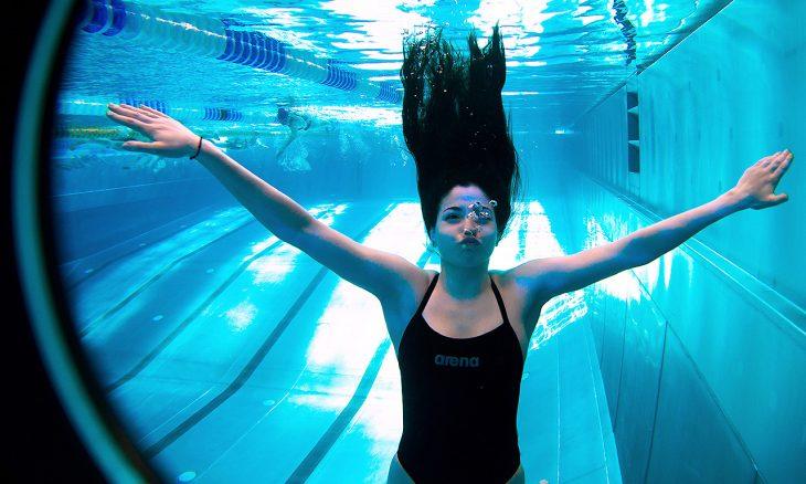 mujer de cabello largo dentro de piscina