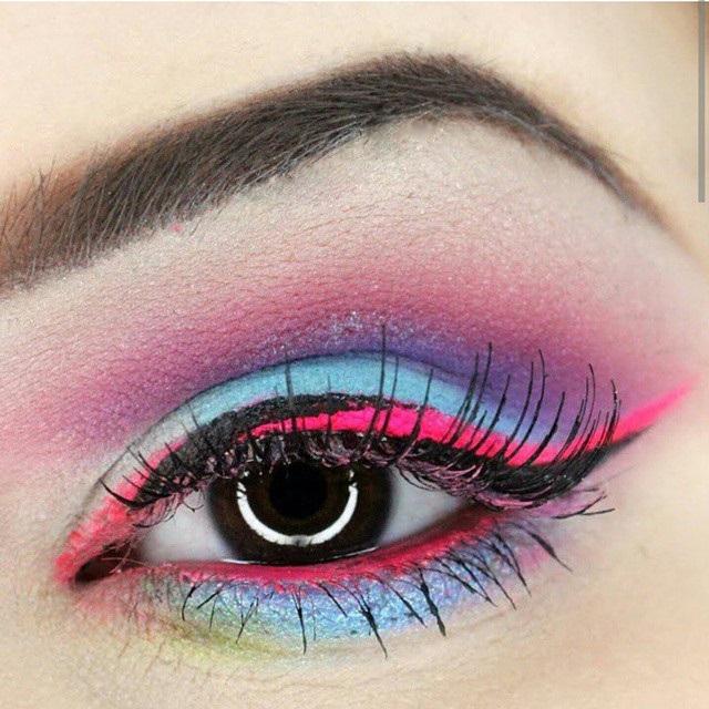 Maquillaje de ojos psicodélico.
