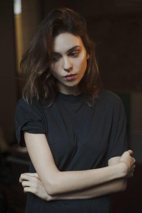 chica con cabello corto y brazos cruzados