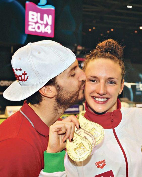 Esposo de nadadora olímpica se vuelve loco de emoción al verla ganar medalla de oro