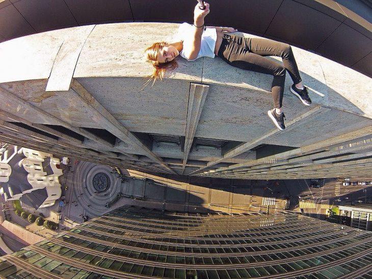 Tomando una selfie en un edificio muy alto.