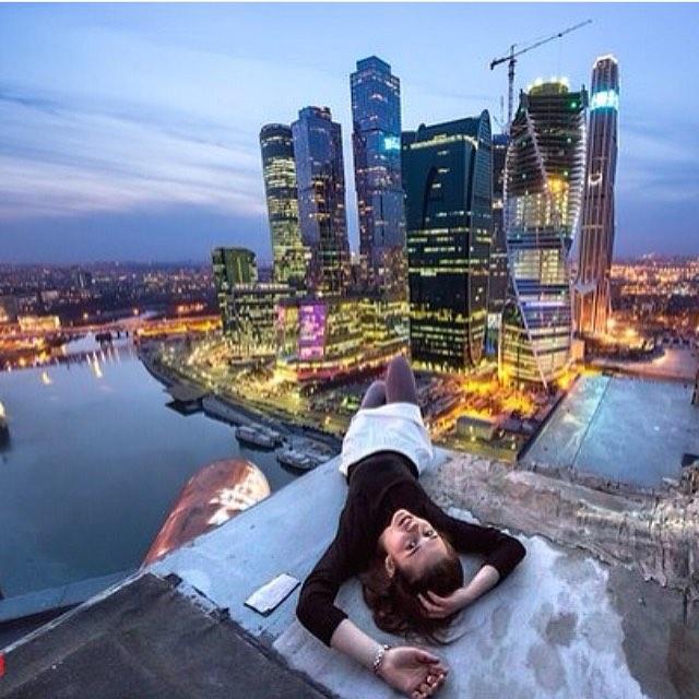 La chica tiene una atracción por los rascacielos.